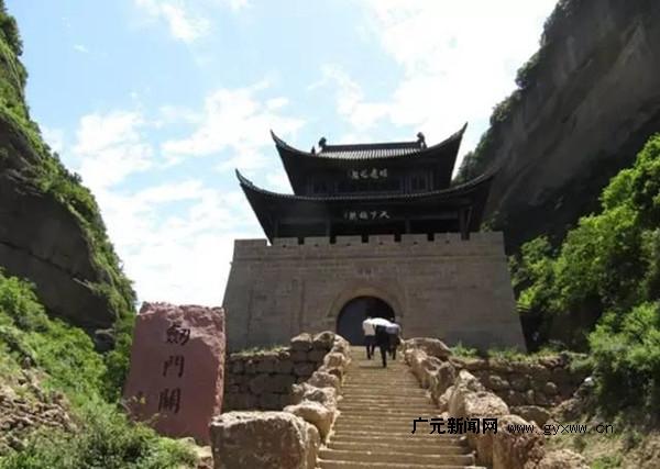 鹤鸣山唐代石刻,剑阁钟鼓楼也有很高的观赏价值.